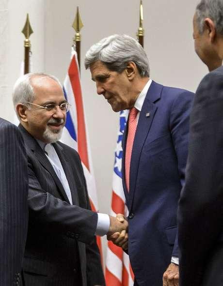 O chanceler iraniano, Javad Zarif, cumprimenta o secretário de Estado dos EUA, John Kerry, após a assinatura do acordo