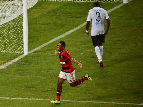 <p>Elias apareceu na área, aproveitou passe de Paulinho e começou a decidir o jogo para o Flamengo</p>