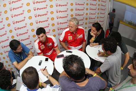 <p>Para Guy Lovett,gerente de tecnologia da Shell para a Ferrari (primeiro de vermelho à esquerda), pilotos terão que adaptar seus estilos ao novo regulamento</p>