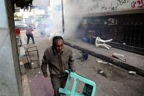 Polícia dispersa manifestantes com o uso de gás lacrimogêneo no Cairo