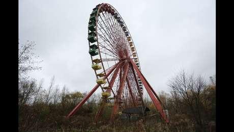 <p>Apesar de desativada, a roda gigante do Spreepark ainda gira, movimentada pela forte ventania que é marca registrada da capital alemã. Os ruídos enferrujados que emanam do brinquedo são dignos de filmes de terror e dão ao parque um ambiente ainda mais sombrio</p>