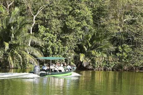 Turistas navegam pelo lago Gatun, que conecta os dois extremos do canal e é cercado por uma floresta tropical que permaneceu praticamente intocada nos últimos 100 anos