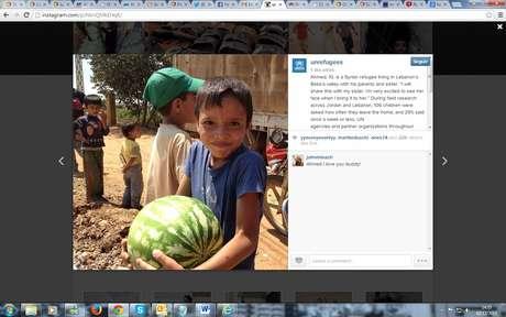 """Ahmed, 10 anos, mal conseguia com o peso de uma melancia que levou correndo para sua casa improvisada no Líbano, onde sabia que a irmã o esperava: """"Estou louco para ver a cara dela quando eu chegar"""""""