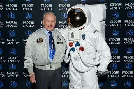 <p>O astronauta americano Buzz Aldrin, que foi o segundo homem a caminhar na Lua, acompanhou a seleção de 22 jovens de todo o mundo para realizar o sonho de ir ao espaço em campanha global da AXE</p>