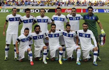 Jogadores da seleção italiana alinhados antes de partida da Copa das  Confederações contra a Espanha 9ed6b28199cb5