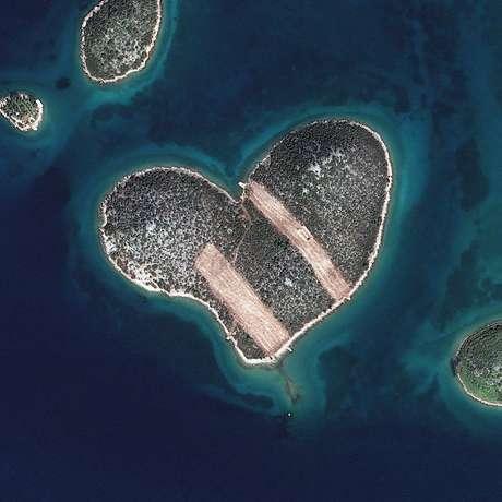 """<p>Foto mostra Galenjak - a """"ilha do amor"""" -, na Croácia. A empresa DigitalGlobe, que trabalha com imagens de satélite, faz um concurso para escolher a melhor foto do ano feita do espaço. Para votar, é só ir na</p>"""