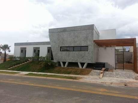 O arquiteto projetou a casa dos sonhos e distribuiu a construção de 188 m² em um terreno de tamanho modesto, 420 m². Informações: (19) 3294-6006