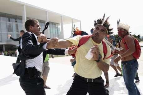 <p>Índios entram em confronto com seguranças durante protesto contra política indígena do governo da presidente Dilma Rousseff no Palácio do Planalto em Brasília em 4 de dezembro de 2013</p>