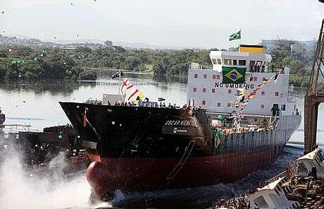 <p>Navio cargueiro da Transpetro no mar do Rio de Janeiro</p>