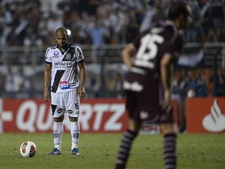 <p>Fellipe Bastos se concentrou como Hortência fazia antes de seus arremessos</p>