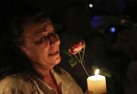 Mulher chora em frente à casa de Mandela, em Houghton, após o anúncio da morte do ex-presidente