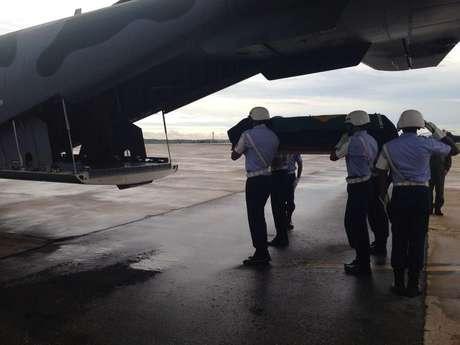 O corpo do ex-presidente João Goulart embarca em um avião da FAB de Brasília para São Borja (RS)