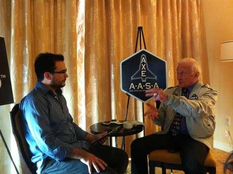 <p>Buzz Aldrin (dir.) concede entrevista ao <strong>Terra</strong>. Para o segundo homem na Lua, Nasa deve continuar exploração do espaço com sondas e exploração tripulada deve ser feita por empresas privadas</p>