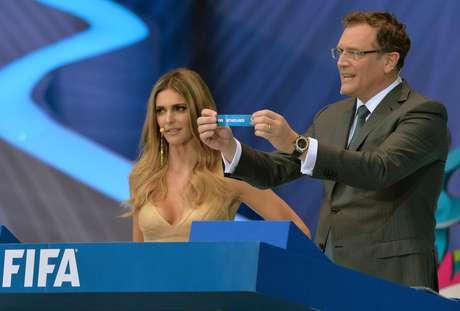 <p>Vídeo diz que Valcke trocou papéis do sorteio atrás da bancada antes de mostrá-los ao público</p>