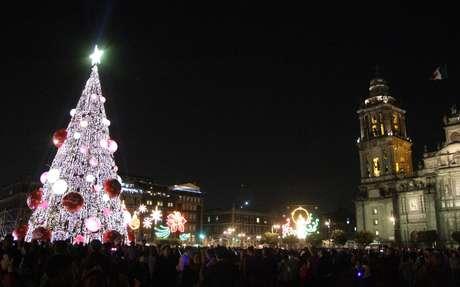 <p>El árbol instalado en el Zócalo mide 40 metros, fue elaborado con follaje tipo natural, 40 mil focos, 200 estrobos, 12 luces robóticas, 13 esferas de 3 metros de diámetro y 20 esferas de 2 metros, además de 200 adornos de copos, espirales, moños y esferas.</p>