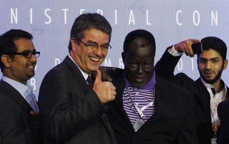 O brasileiro Roberto Azevêdo, diretor-geral da OMC, comemora o acordo