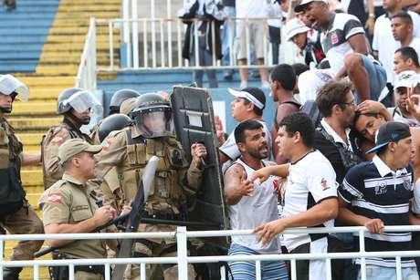 <p>Confusão em Joinville paralisou partida por 71 minutos</p>