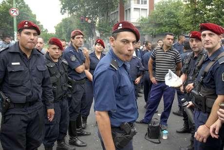 Policiais protestaram por aumentos salariais em La Plata nesta segunda-feira