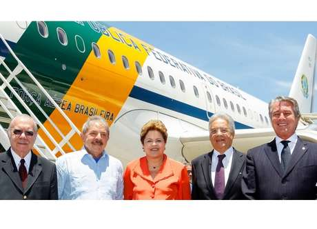 Sarney, Lula, Dilma, FHC e Collor embarcam para a África do Sul no aeroporto do Rio de Janeiro