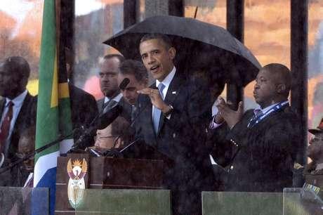 Obama discursa durante o funeral de Mandela; ao seu lado, o intérprete para a linguagem dos sinais