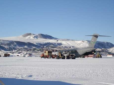 Pista de gelo permite chegar à base americana de Mc Murdo, na Antártida
