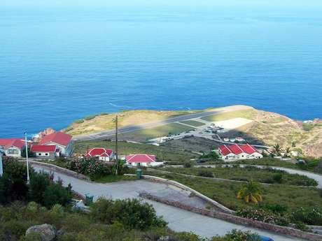 Com apenas 396 metros, a única pista do aeroporto da ilha de Saba, nas Antilhas Holandesas, é a mais curta do planeta