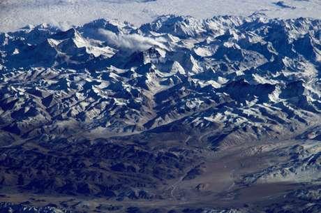 <p>O problema é que a Terra não é uma esfera perfeita. Fosse assim, não haveria dúvidas sobre os 8.848metros do Everest</p>
