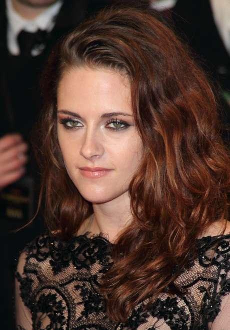 Ideais para mulheres com rosto redondo ou quadrado, como o de Kristen Stewart, sobrancelhas grossas suavizam os contornos da face e passam uma imagem mais jovem e natural
