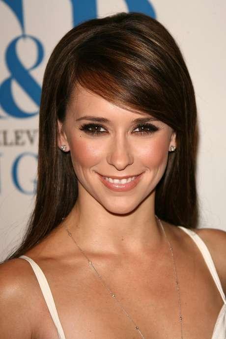 Sobrancelhas curvadas são comuns em mulheres que têm a face arredondada, ovalada e com traços finos, como a da atriz Jennifer Love-Hewitt