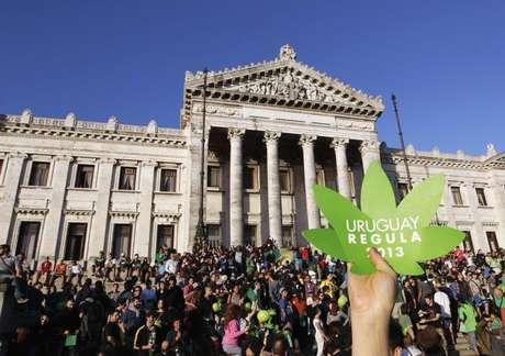 """<p>Uruguaios participam da chamada """"última manifestação com maconha ilegal"""" em frente ao Congresso, em Montevidéu, no Uruguai, antes da aprovação da lei</p>"""
