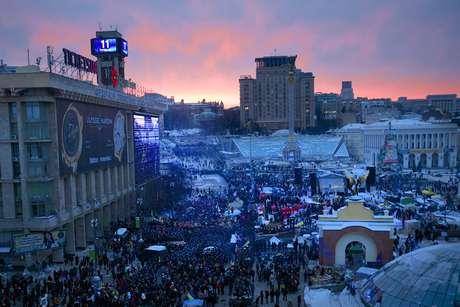 <p>Movimentação de policiais e manifestantes na Praça da Independência, em Kiev</p>