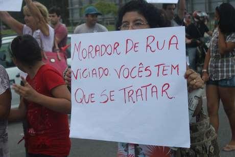 Cerca de 30 moradores do bairro de Canasvieiras, localizado na região norte de Florianópolis, realizaram mais um protesto anti-mendigos nesta quarta-feira
