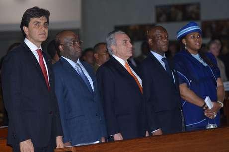Estiveram presentes o presidente do STF, Joaquim Barbosa (2º à esq.), o presidente da República em exercício, Michel Temer (centro), e o embaixador da África do Sul no Brasil, Mphakama Mbete (2º à dir.)