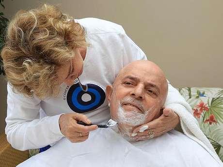 <p>Ex-fumante, Lula foi diagnosticado um tumor maligno na laringe em outubro de 2011</p>