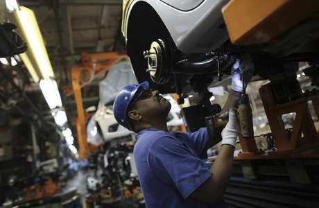 <p>Montadoras deverão instalar freios ABS e airbag em todos os veículos fabricados no País a partir de 2014</p>
