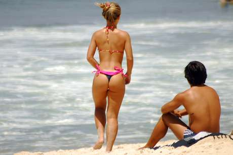 <p><strong>16 de dezembro -</strong> Banhistas aproveitam o forte calor na praia de Ipanema, na zona sul do Rio de Janeiro, na manhã desta segunda-feira</p>
