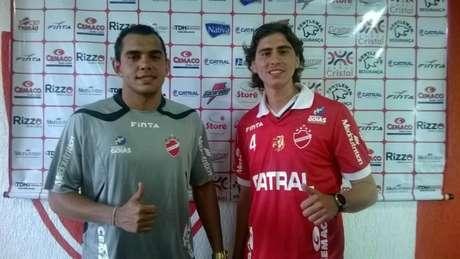 Goleiro André Luís e meia argentino Nacho Coira (direita) são novidades no Vila Nova