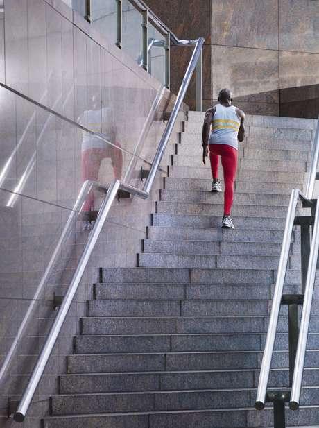 <p>Subir e descer escada estimulaa coordenação motora, o trabalho cardiovascular e a tonificação da musculatura</p>
