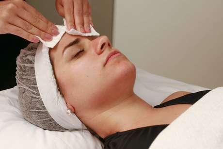Com o rosto limpo, a pele deve receber um tonificante para ficar com o pH equilibrado. O produto é aplicado com discos de algodão