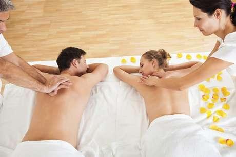 Pacote com massagem corporal para casal, esfoliação e massagem facial para dois, duas taças de espumante e uma cesta de frutas. Por R$ 290. Da Serafina Estética Especializada. SAC: (11) 3062-6727