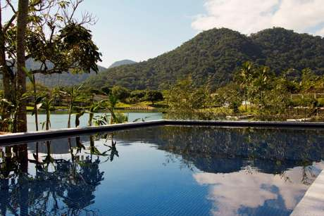Nesta casa na região de Paraty, no estado do Rio de Janeiro, a arquiteta Marília Veiga colocou a piscina em uma posição estratégica, de onde se tem uma vista deslumbrante das montanhas do litoral fluminense. Informações: (11) 3021-1717