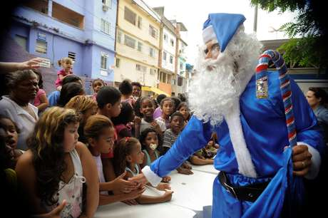 <p>Papai Noel da Polícia Militar do Rio de Janeiro veste roupa azul - cor tradicional da corporação</p>