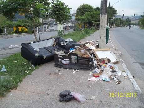 Altura do número 4.750 da avenida Inajar de Souza é ponto viciado de descarte irregular