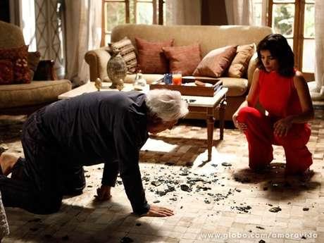 <p>Depois de ter dificuldades para enxergar, César acorda cego e se desespera, enquanto a mulher comemora</p>