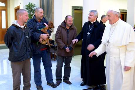 Francisco e o arcebispo Konrad Krajewski dão boas-vindas aos moradores de rua no Vaticano