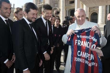 Fnrancisco segura uma camisa do San Lorenzo que ganhou de presente dos dirigentes do clube argentino