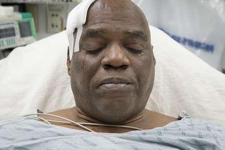 <p>Cecil Williams chora durante a entrevista com a ag&ecirc;ncia AP</p>
