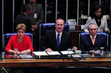 Solenidade contou com a presença de Dilma (esq.), do presidente do Congresso, Renan Calheiros (centro), e do vice-presidente da República, Michel Temer (dir.)
