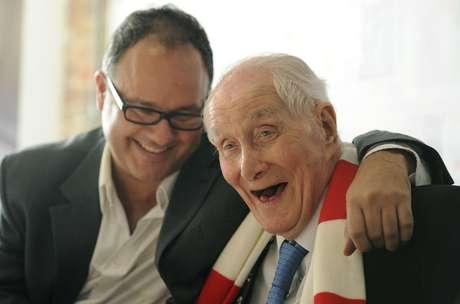 Em foto de 2011, Biggs sorri em evento de lançamento de nova edição de sua autobiografia, em Londres