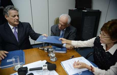 Ao lado do senador Pedro Simon (PMDB-RS), João Vicente Goulart (esq.) entrega dossiê à coordenadora da Comissão Nacional da Verdade, Rosa Maria Cardoso
